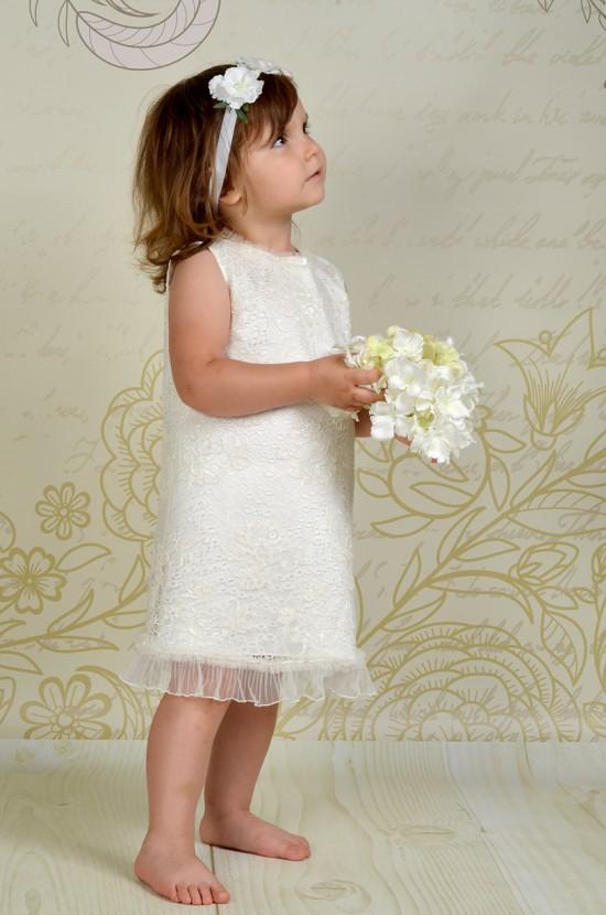 Sukienka do chrztu Marie w stylu vintage, wykonana z miękkiej koronki.