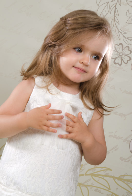 Retro sukienka do chrztu Doris ze stylową kokardą przy dekolcie.