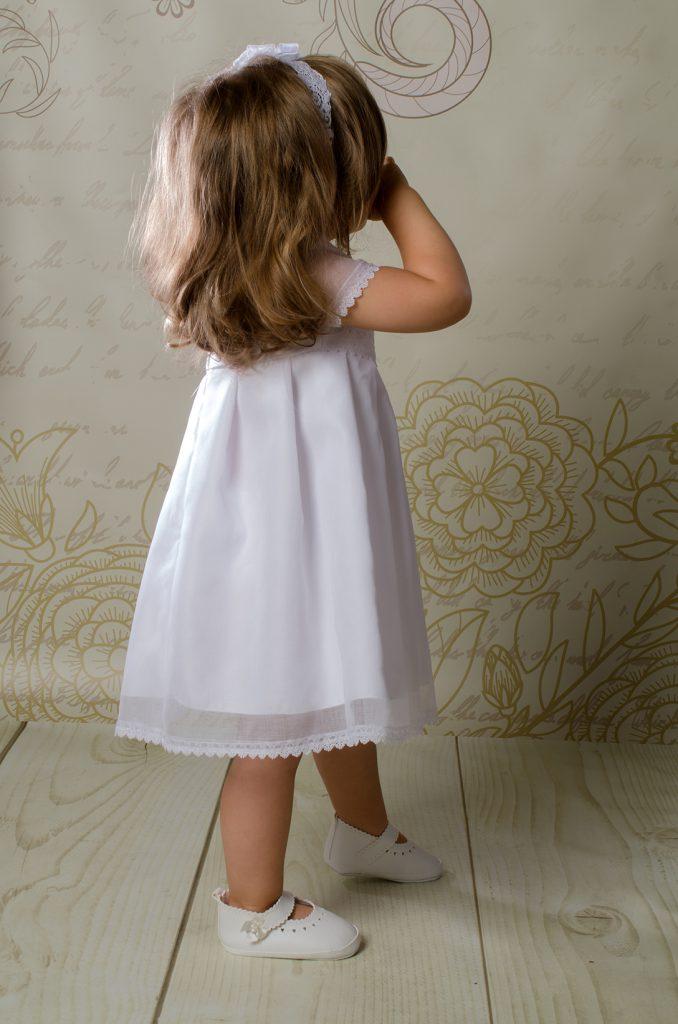 Przeurocza sukienka do chrztu Rose w stylu boho o prostym kroju, zaś niezwykle szykowna.