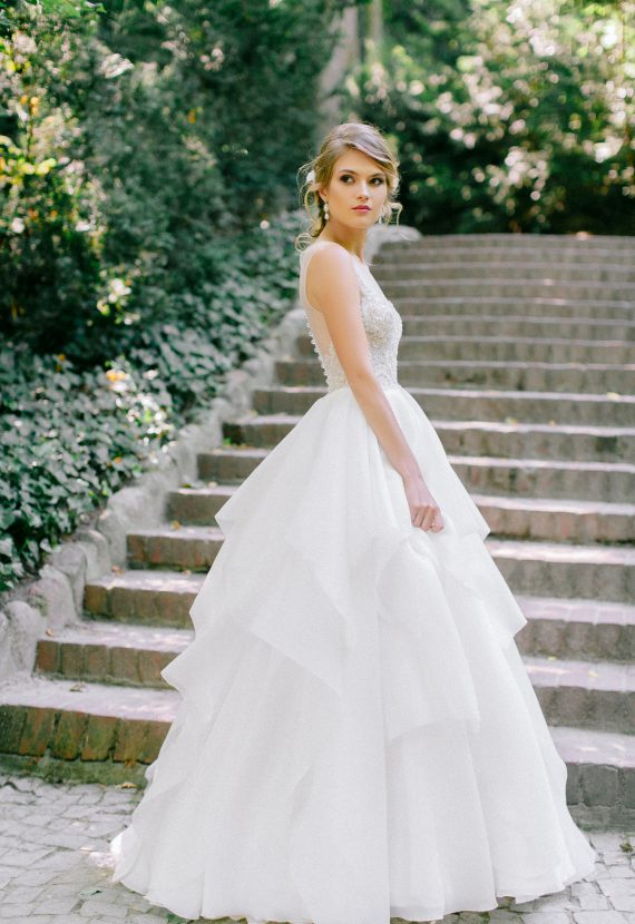 falbianiasta suknia ślubna