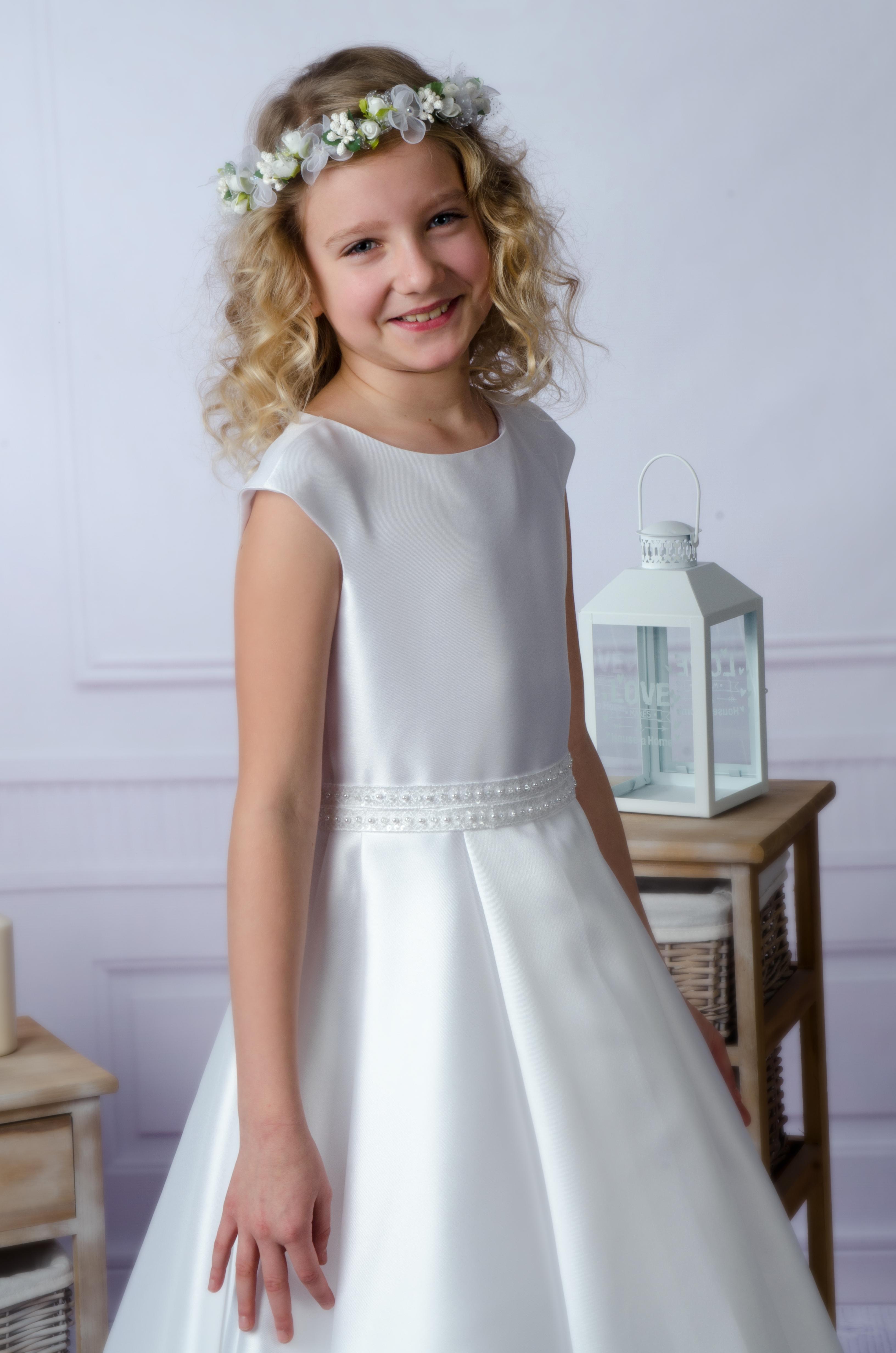 0e65dfef95 Sukienka komunijna Luiza to skromna i elegancka kreacja komunijna.