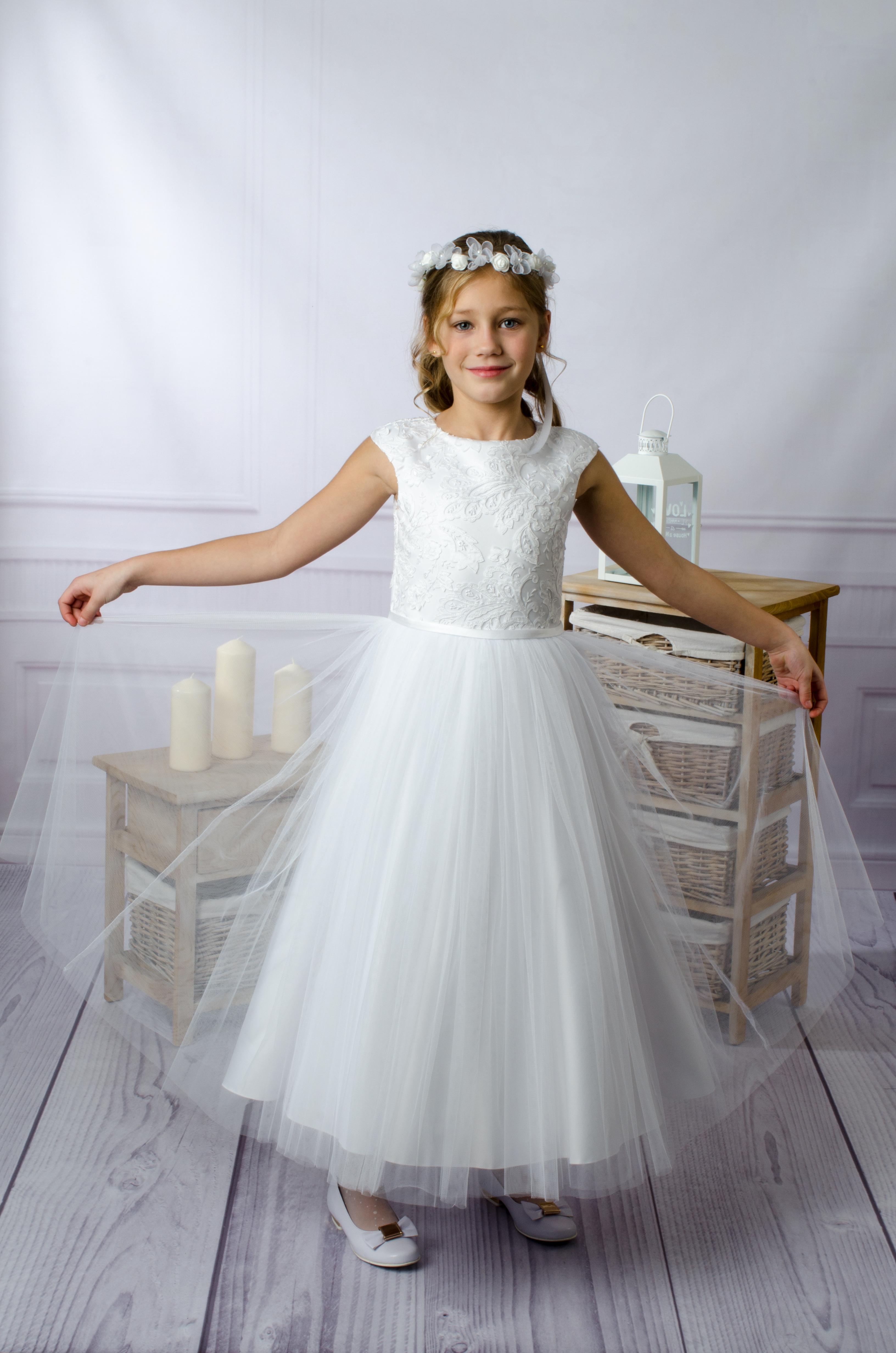 7b8229e6d9 Sukienka komunijna Adrianna skromna i delikatna z koronką u góry