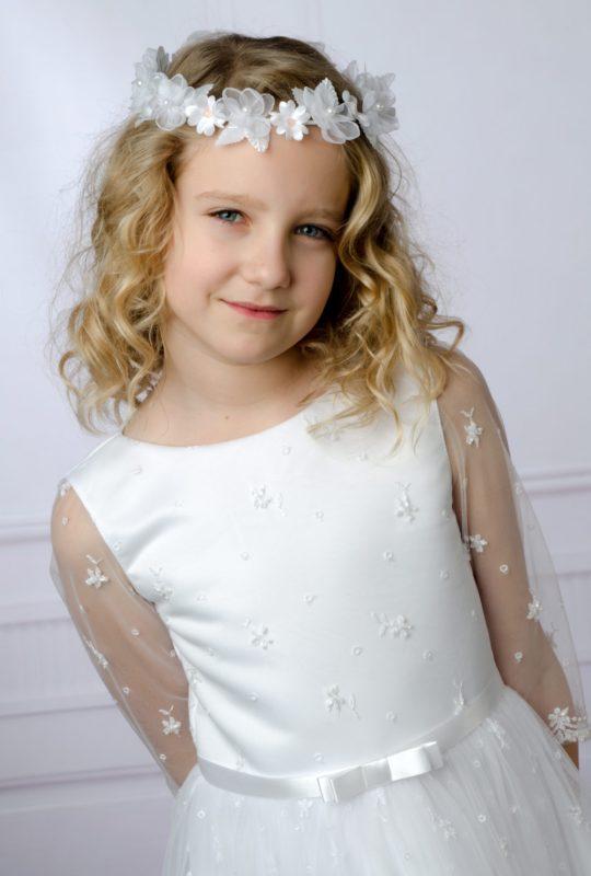Wianek komunijny 1820 z perełkami i kryształkami w kolorze śnieżnej bieli będzie idealnym dopełnieniem każdej sukienki komunijnej.