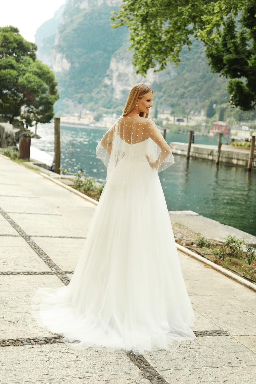 ef6379b2d9 Suknia ślubna Bounty - nowoczesna księżniczka perłową z peleryna