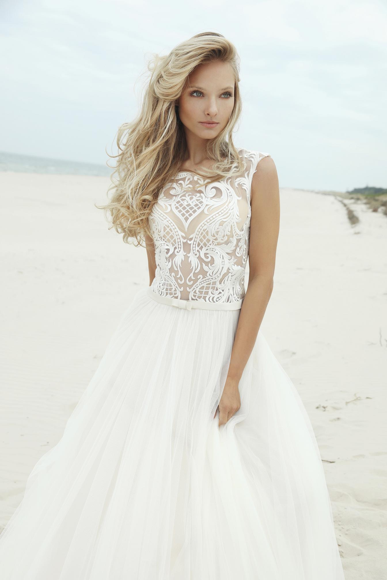 e965851e Suknia ślubna Bylantis - niezwykłe połączenie tiulu z haftami.