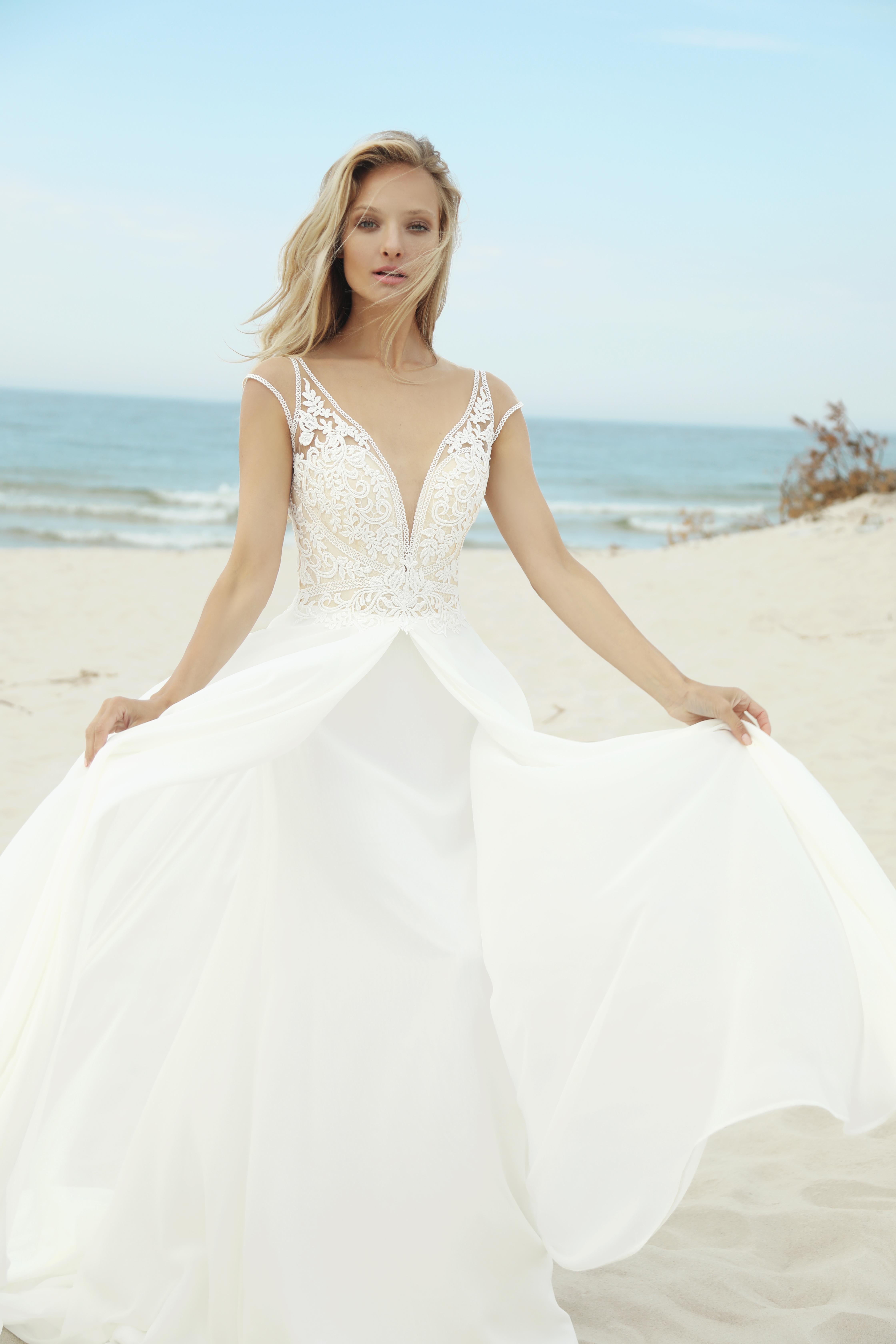 f3f9f88d63 Przepiękna suknia z głębokim dekoltem na plecach.